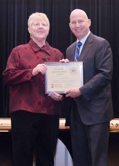 Carolyn Apple receiving her award from Gov. Jack Markell.